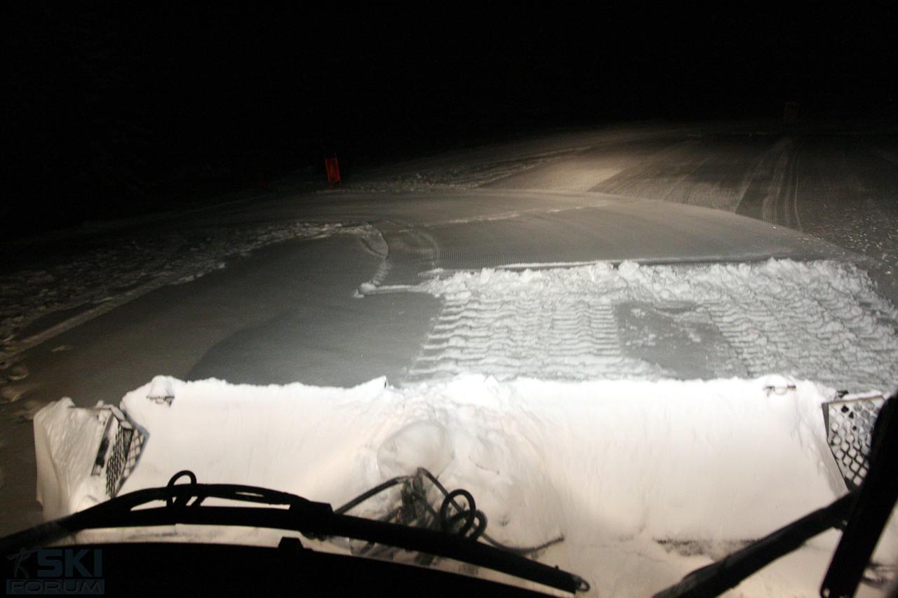 Una notte con i gatti delle nevi per preparare le piste for Cabina innevata nei boschi
