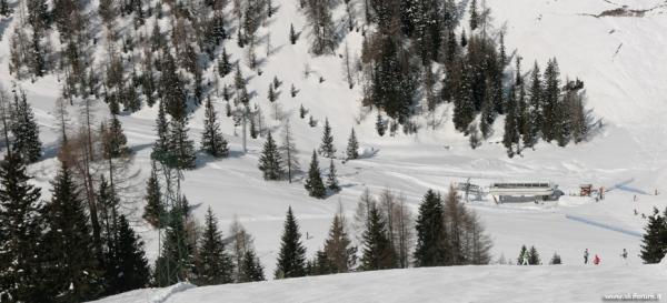 Panoramica sulla stazione di valle della seggiovia for Vista sulla valle cabine colline hocking