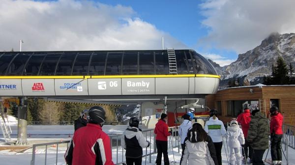 Stazione di valle della seggiovia bamby tra san cassiano e for Vista sulla valle cabine colline hocking