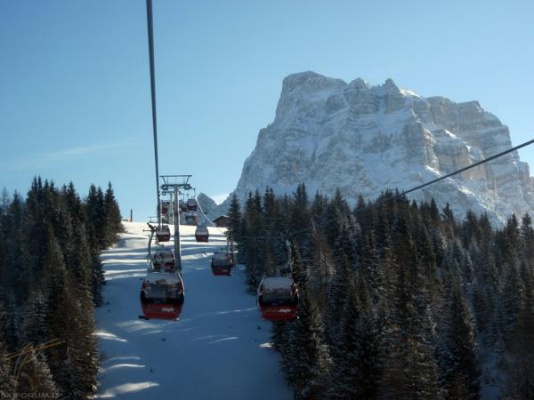 In viaggio sulla cabinovia per il col dei baldi ski civetta for Vista sulla valle cabine colline hocking