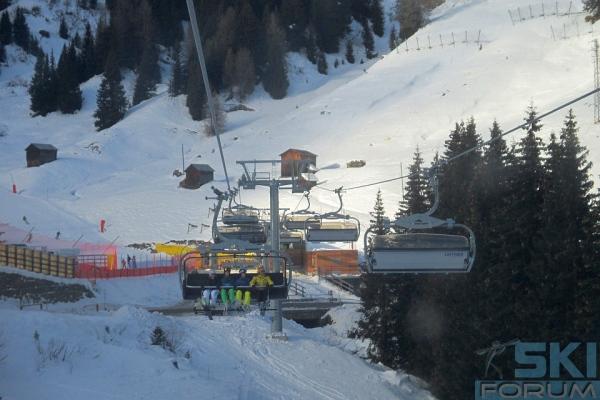 Sciatori sulla seggiovia alpenrose for Vista sulla valle cabine colline hocking