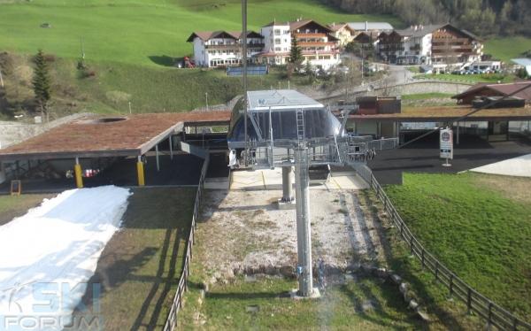 Stazione di partenza della cabinovia di racines passo giovo for Vista sulla valle cabine colline hocking