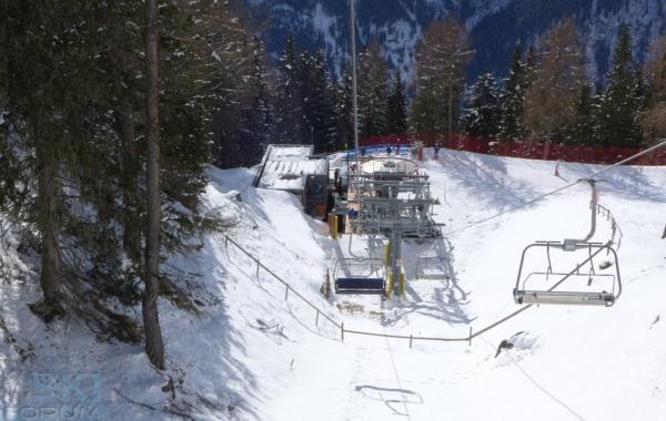 Stazione con tappeto di imbarco seggiovia doss dei gembri for Vista sulla valle cabine colline hocking